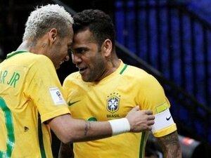 Alves: Neymar'a saygı duymuyorlar