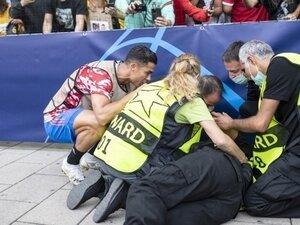 Ronaldo, topla kazayla bayılttığı güvenlik görevlisine forma hediye etti